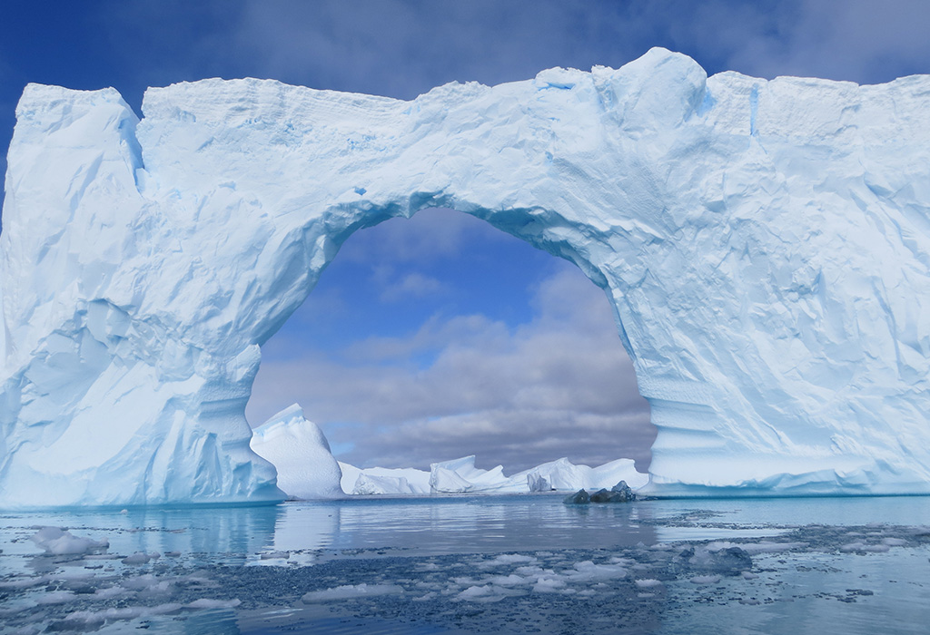 describing a glacier and how it differs from ice shelves icebergs and sea ice The superberg, called b17b from the largest icebergs in history  off continental ice shelves or glaciers  icebergs can have a direct effect on the sea bed .