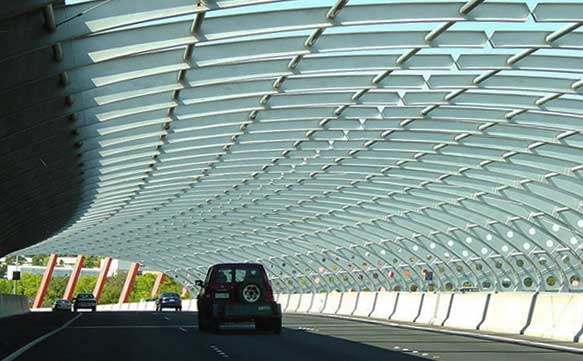 A bridge with a sound-reducing roof
